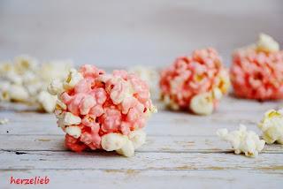 Hingucker auf einer Party: Rosa Marshmallow-Popcorn-Bälle mit Mandelsplittern