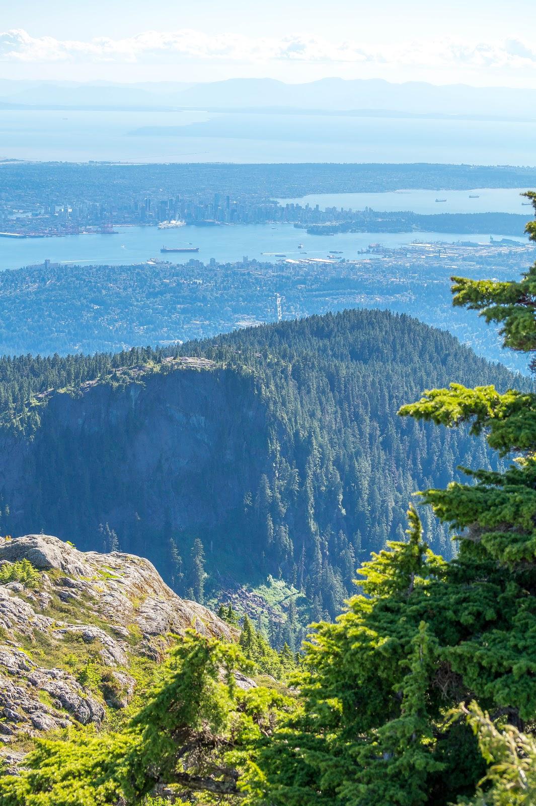 С первого пика виден даунтаун Ванкувера.