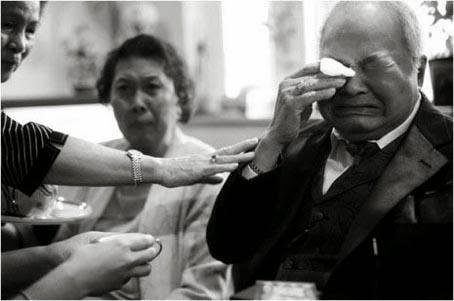رجل يبكى - man crying - الحزن البكاء موقف محرج الاحراج الخجل