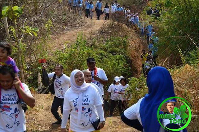 Para peserta Jalan Santai Lintas Alam dan Pungut Sampah Plastik yang di adakan Komunitas MASSAL, berebut memunguti sampah plastik