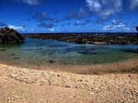 沖縄の透き通る海と砂浜 | 海水浴などのイラスト・写真素材。無料で商用可