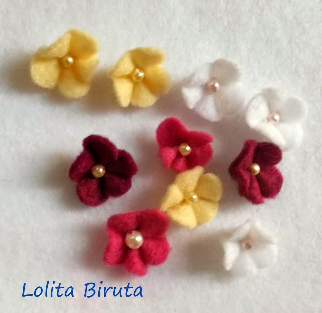 Mini florzinhas de feltro com miolo de pérolas