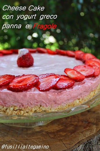cheesecake con yogurt greco, panna e fragole