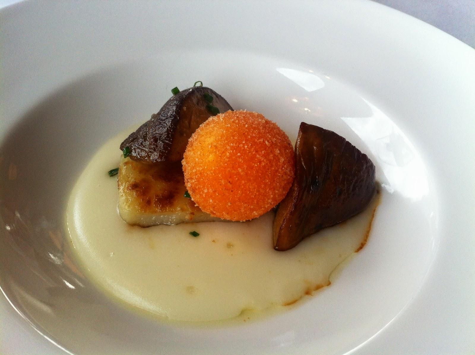 Setas sobre patata y ravioli de huevo crujiente