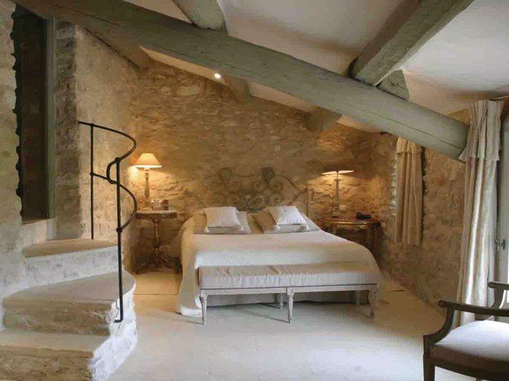 Parete Pietra Letto: Camera da letto con parete in pietra archives ...