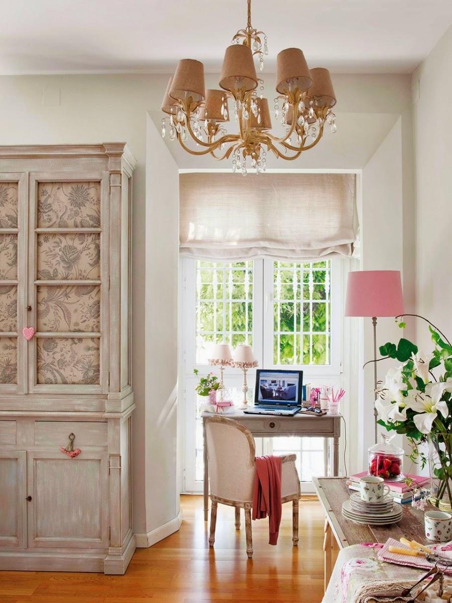 Wystrój wnętrz, home decor, wnętrza, urządzanie mieszkania, styl francuski, styl romantyczny, jasne wnętrza, róż, pastelowy róż, pastelowe kolory, biurko