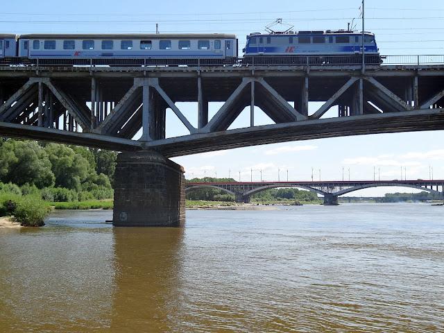 Pociągi na moście Średnicowym w Warszawie.
