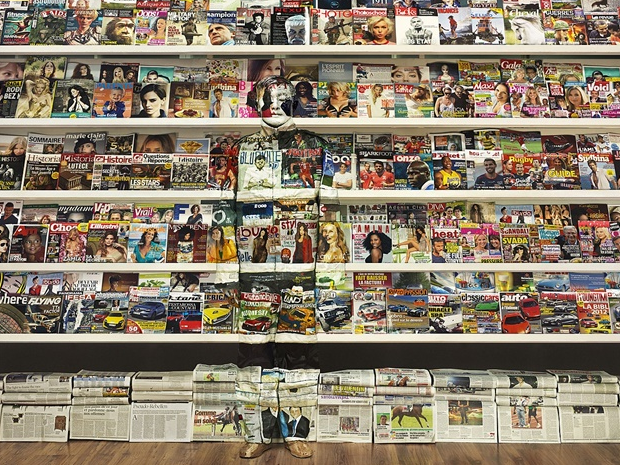 19-Swiss-Magazine-Rack-Liu-Bolin-Find-The-Painted-Invisible-Man-www-designstack-co
