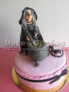 bolo bruxa a mexar o caldeirão