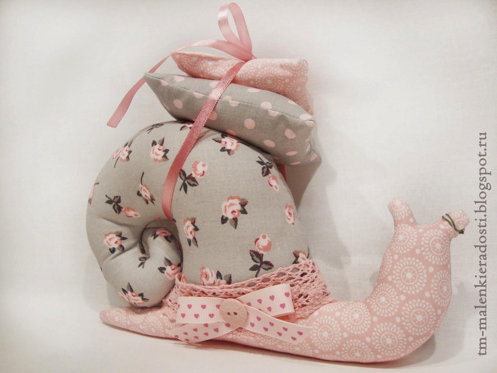 Улитка ручной работы. С подушками. Выполнена в пастельных тонах.