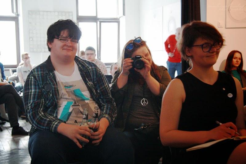 urodzinowe spotkanie Geek Girls Carrots Łódź, kobiety, mężczyzna, sixbox.es, kobieta fotografuje