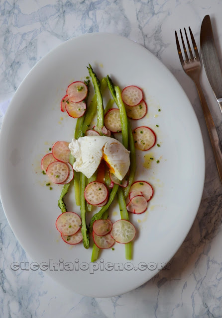 insalata di asparagi con uovo in camicia