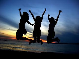 3 Chicas saltando juntas