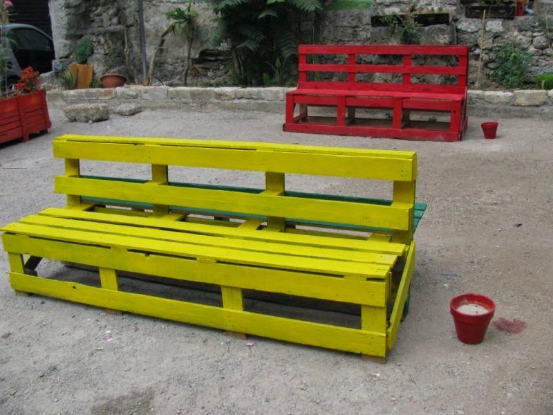 Panchina fatta di pallet e bancali di legno