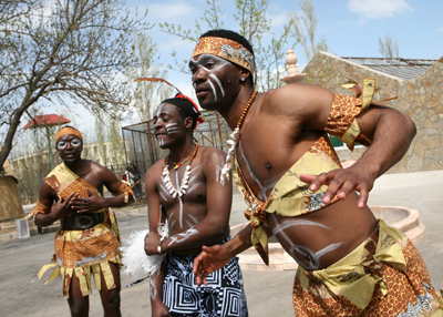 Фото Укринформ:танцы в сафари-парке