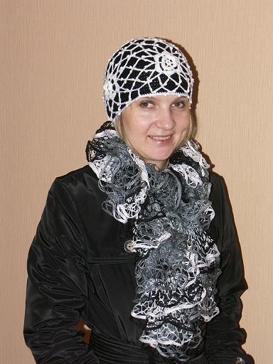 Черно-белая шапка и шарфик крючком