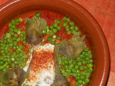 Huevos al plato con guisantes y alcachofas.