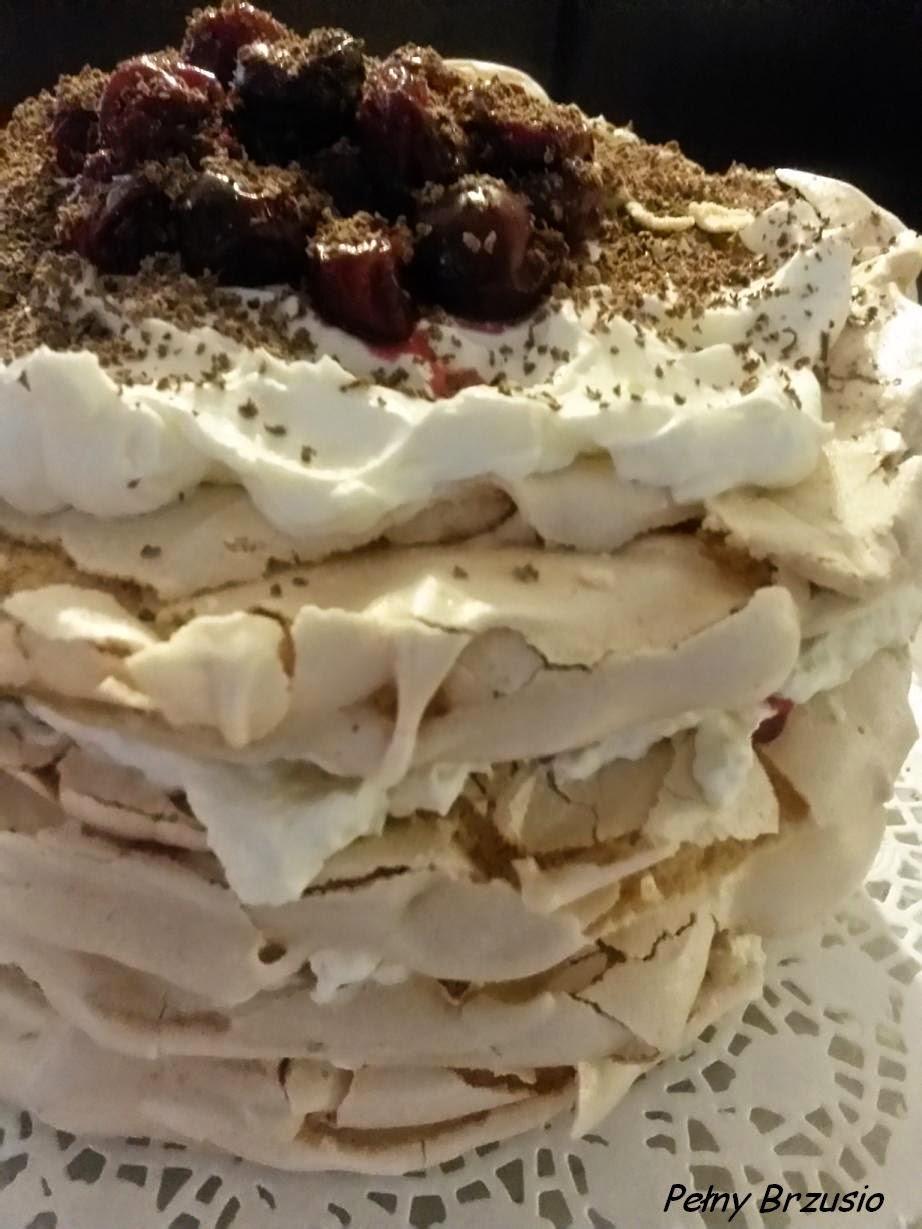 Tort bezowy z wiśniami