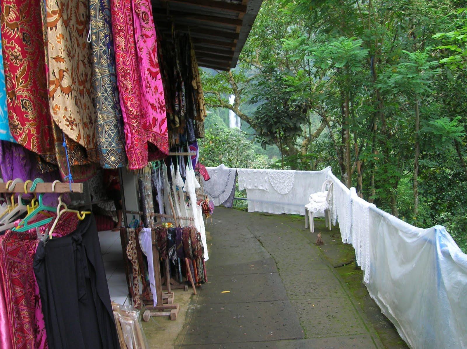 Tiendas en cascada Git Git, Isla de Bali,Indonesia, vuelta al mundo, round the world, La vuelta al mundo de Asun y Ricardo