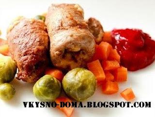 Рулетики из индейки под кисло-сладким соусом с овощами