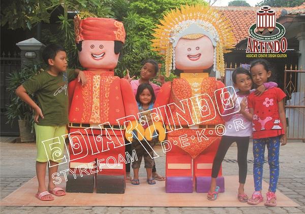 Anak-anak selfie barang di depan patung Karakter Adat Minang