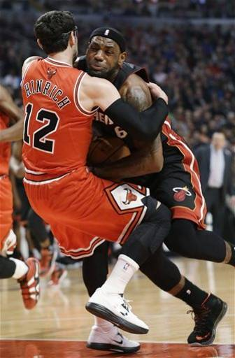 Kirk Hinrich foul on LeBron