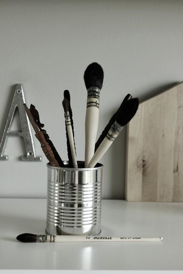 diy pennställ, penslar, kinesiska penslar, trärena skaft, konservburk, diy inredning, inspiration, fjäder, på skrivbordet, da vinci pensel