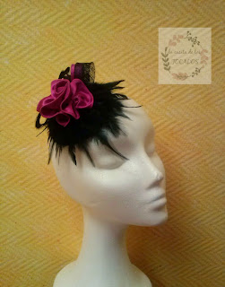 tocado negro y fucsia con plumas y flor de tela LA CASITA DE LOS TOCADOS