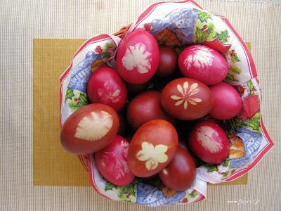 κόκκινα αυγά με φυσική βαφή