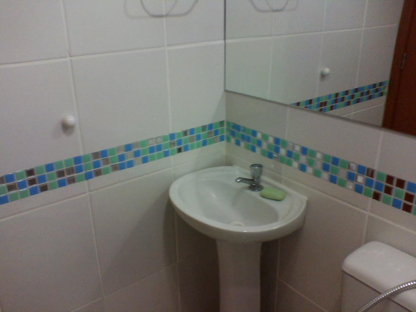 Cafofo Sonhado: As tais pastilhas resinadas adesivas #284969 1600x1200 Banheiro Com Pastilha Atras Do Vaso Sanitario