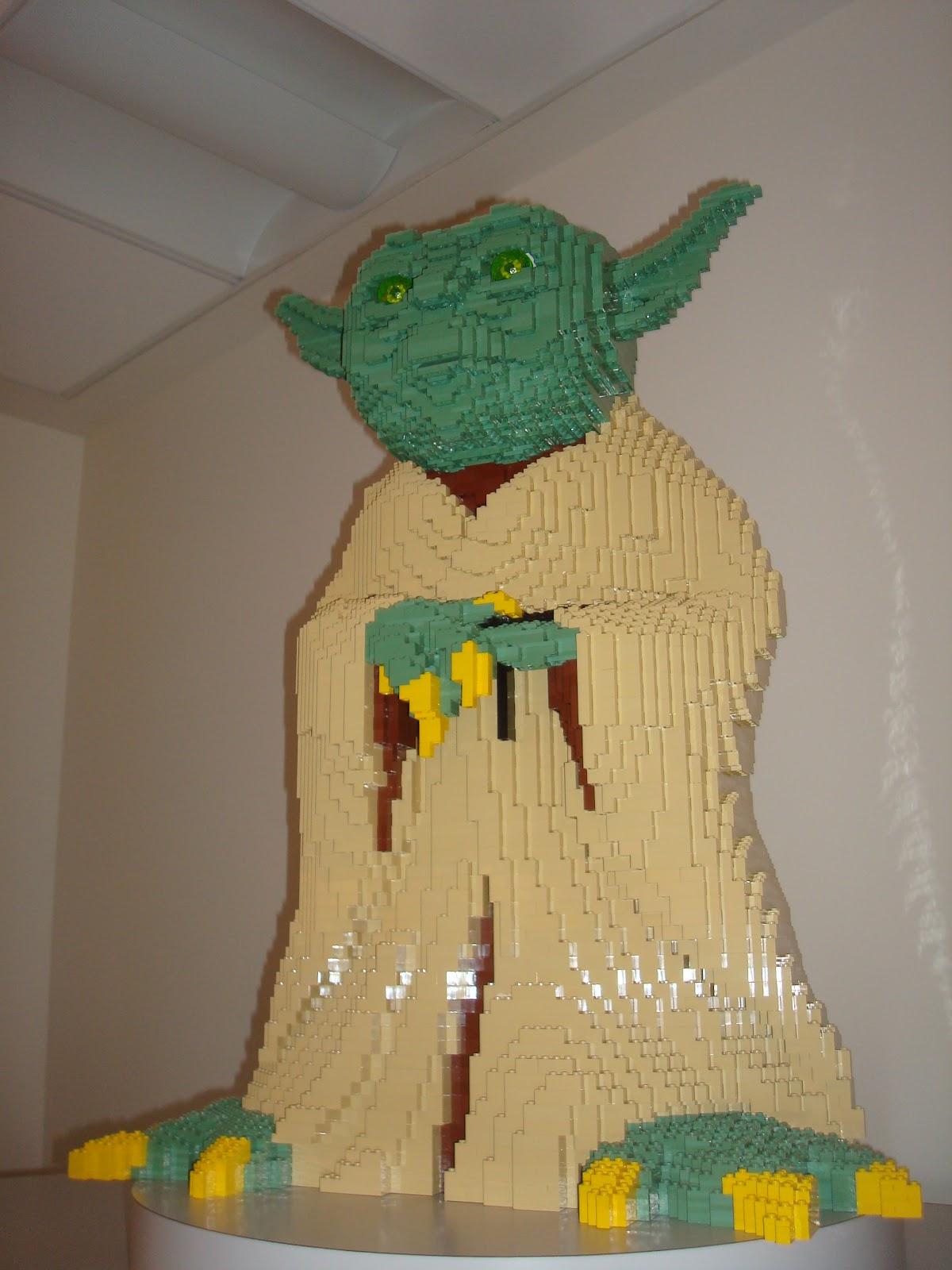 Ces doux moments lego f te ses 80 ans et ouvre son premier lego store en france - Maitre yoda lego ...