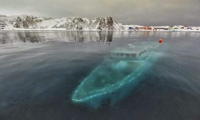 Barco hundido en la Antártida