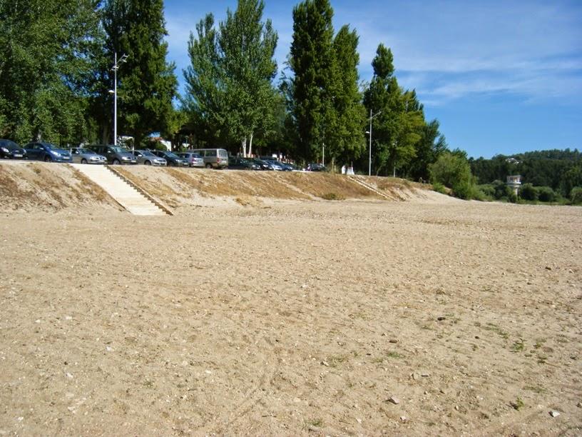 """Zona do """"Areal"""" da praia com vista para o parque de estacionamento"""