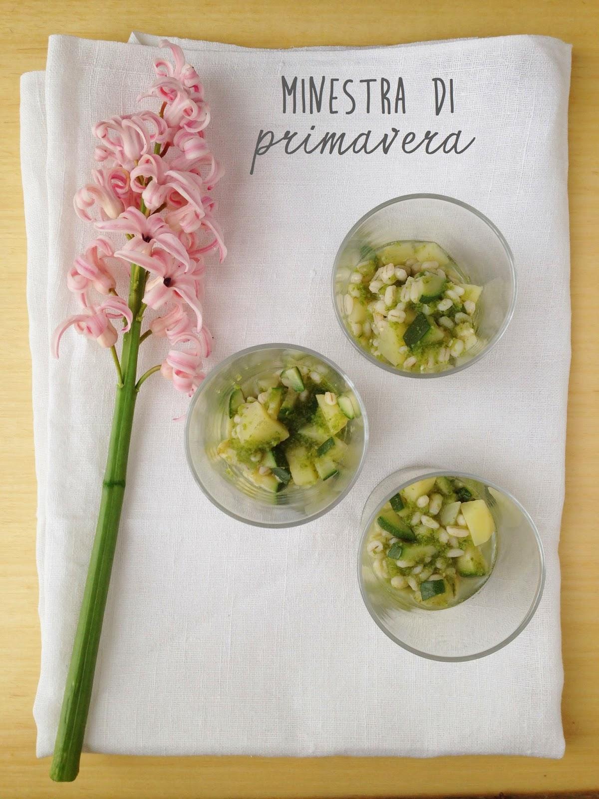 Minestra di primavera con orzo, sedano e zucchine