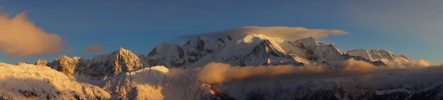 Un joli nuage coiffe le sommet du Mont-Blanc, panorama des Aiguilles de Chamonix jusqu'aux Dômes de Miage
