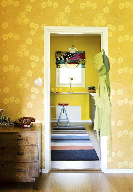 Keltainen talo rannalla Väriä elämään