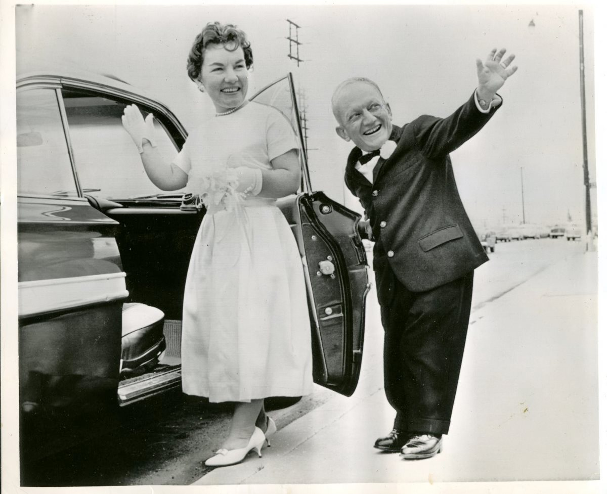 http://2.bp.blogspot.com/-fwOFEmrCJGw/TbXdmvUUu0I/AAAAAAAAAhk/RUF1dH-a1l8/s1600/billy_barty_wedding_photo_1962.jpg