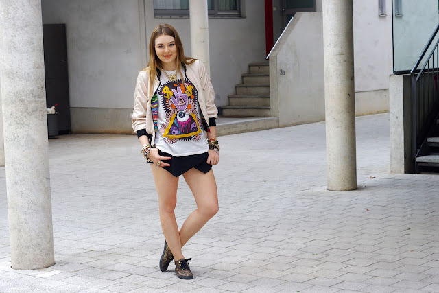 Karma, peace print, shirt, top, H&M, Zara, black skorts, paisley vans, beste deutsche Modeblogger, german fashion blogger, hamburg, jewelry, fatima hand, peace finger shirt, lion necklace, bracelets, snake triangle, hipster, cross, bijou brigitte, CUBUS