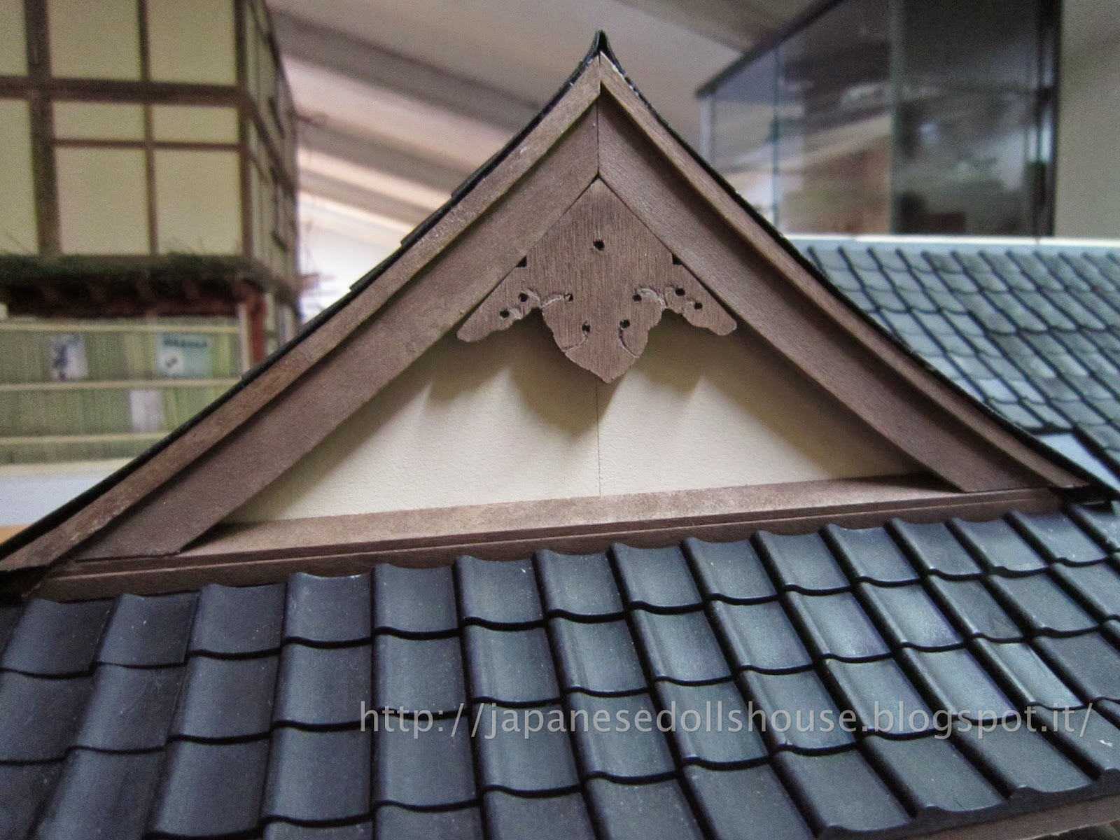 Japanese dolls 39 house ryokan in stile giapponese for Roof peak decorations