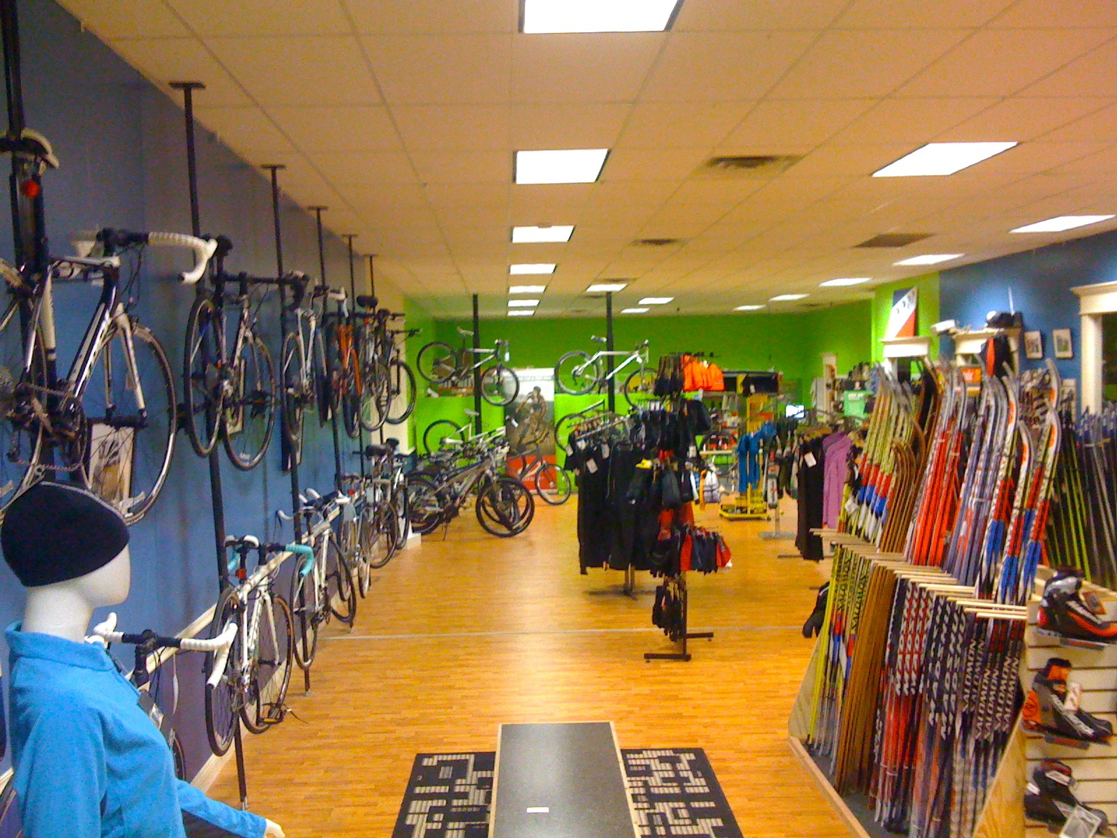 Equipement trail boutique running sports outdoor shop - Inside Cyclova Xc You Ll Find 3000 Square Feet Of The Best Assortment Of Xc Skis Bicycles And Trail Running Equipment In The Us