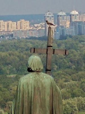 ворона на памятнике владимиру крестителю