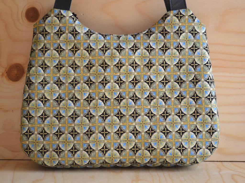 b711d522fad0 Обратная сторона сумки такая же как передняя, просто без брошки.