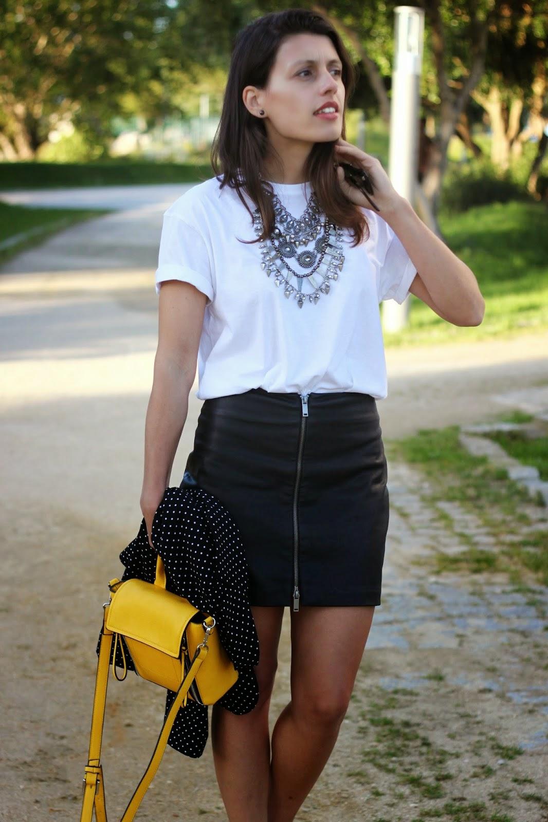 http://ilovefitametrica.blogspot.pt/2014/06/plain-white-t-shirt.html