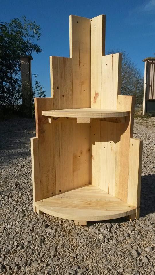 las tablas cruzadas bajo los estantes sirven tambin como escuadra a la hora de apoyar el peso los mismos estantes unen el resto de tablas del mueble