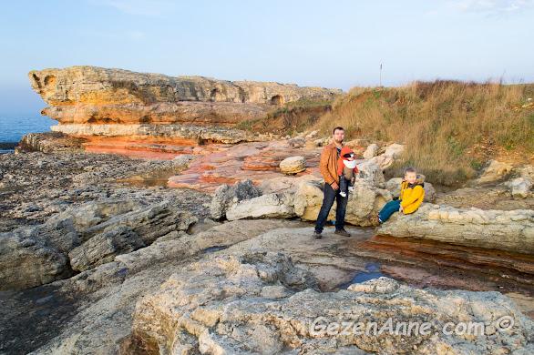 katman katman yapılı Pembe Kayalar ve kayalarda dinlenip poz veren bizim takım, Kefken Kocaeli