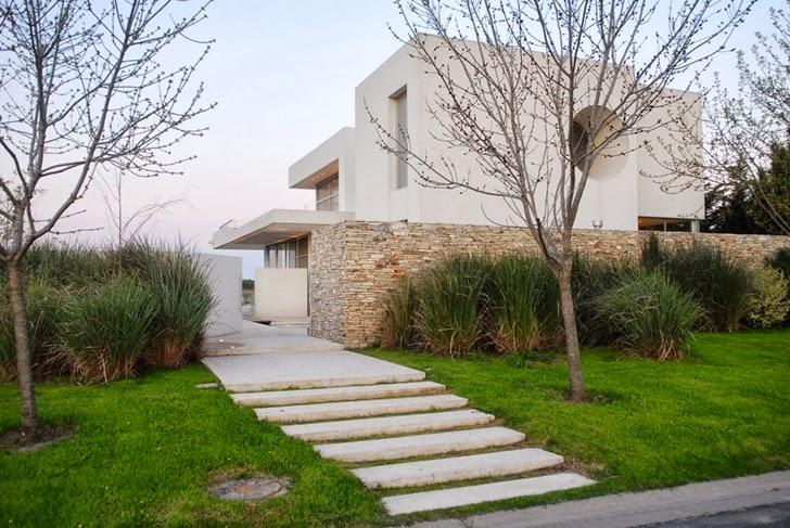 Street facade of Modern Agua House by Barrionuevo Sierchuk Arquitectas