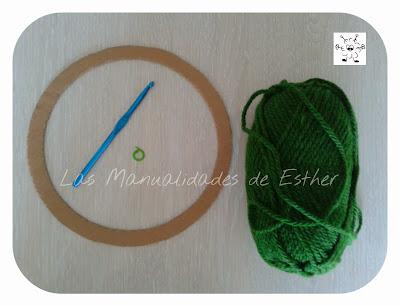 lana, aro de carton, ganchillo para la realizacion de la corona navideña a crochet
