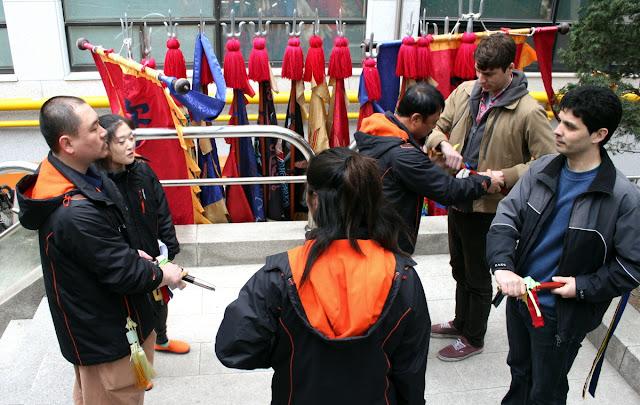 Aprendiendo los saludos y gestos de los guardias reales coreanos