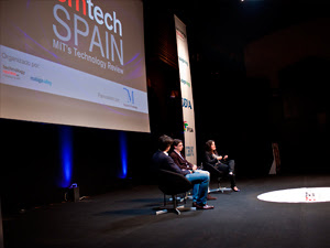 """La revolución tecnológica que está produciéndose en estos momentos y la que se avecina se caracterizan, sobre todo, porque ofrecen a los individuos poder de cambiar las cosas. Es lo que proponía Rahaf Harfoush, experta en estrategia de innovación digital y autora del libro ArchiTects en la sesión """"Redes sociales, el motor de la acción colaborativa"""" en EmTech Spain 2012, la conferencia sobre tecnologías emergentes que por segundo año consecutivo ha organizado el MIT en España. """"Todos somos arquitectos tecnológicos: podemos usar la tecnología para construir y reconstruir el mundo que nos rodea"""", matizaba. Ejemplos no le faltan: el éxito"""