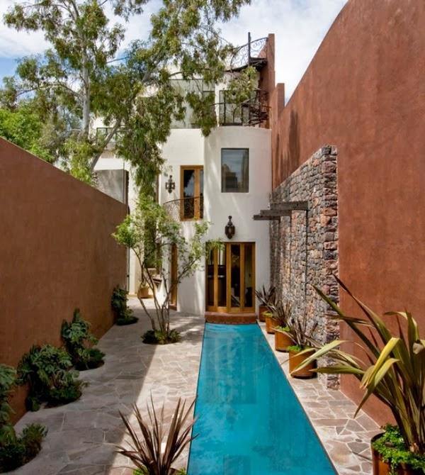 Jardín estrecho y con piscina